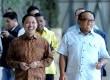 Presiden PKS Anis Matta (kiri) bersama Ketua Umum Partai Golkar Aburizal Bakrie saat melakukan pertemuan politik di Jakarta, Rabu (22/1).    (Republika/Wihdan Hidayat)