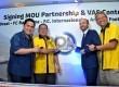PT Indosat Tbk (Indosat) menandatangani kerja sama dengan Inter Milan untuk menghadirkan konten value added service (VAS).  (Republika/Rakhmawaty La'lang)