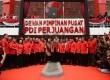 Ketua Umum PDI Perjuangan, Megawati Soekarno Putri (tengah) berfoto bersama kader Partai PDI Perjuangan di depan Gedung Baru DPP PDI sesaat setelah diresmikan di Jakarta Pusat, Senin (1/6). (Republika/Raisan Al Farisi)