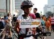 ?Relawan dari Aksi Cepat Tanggap melakukan aksi solidaritas saat pelaksanaan Car Free Day di Jakarta, Ahad (17/5).  (Republika/Tahta Aidilla)
