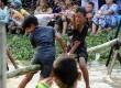 Warga mengikuti lomba gebuk bantal saat perayaan HUT ke-69 RI di Margahayu, Bekasi, Jawa Barat, Ahad (17/8). (Republika/Tahta Aidilla)