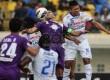 Pemain Persib Bandung Ahmad Juprianto (kanan) berebut bola dengan pemain Persita Tangerang Luis Edmundo (kiri) pada laga lanjutan Indonesia Super League di stadion Si Jalak Harupat, Ahad (31/8). (foto:Septianjar Muharam)