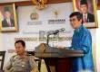 Ketua Ombudsman RI Danang Girindrawardana (kanan) bersama Kapolri Jenderal Sutarman saat acara penandatanganan kerjasama antara Polri dengan Ombudsman RI di Jakarta, Selasa (9/9).   (Republika/ Wihdan)