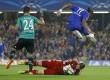 Pemain Chelsea Didier Drogba melompat di atas penjaga gawang Schalke Ralf Faehrmann di Stadion Stamford Bridge, London, Rabu (17/9). (AP/Kirsty Wigglesworth)
