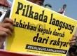 Sejumlah aktivis dari Koalisi Kawal RUU Pilkada menggelar aksi unjuk rasa di depan Gedung DPR, Jakarta, Rabu (24/9).  (Republika/Wihdan)