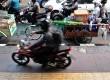 Pengendara roda dua melintasi jalur khusus bagi pejalan kaki di jalan Sudirman, Jakarta Pusat, Kamis (16/10).  (Republika/ Tahta Aidilla)