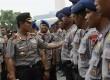 Kapolri Sutarman mengecek kesiapan personil sebelum melakukan salat Jumat di Pelataran Monas, Jakarta Pusat, Jumat (17/10). (Republika/Raisan Al Farisi)