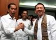 Presiden terpilih Joko Widodo (kiri) berjabat tangan dengan Wakil Gubernur DKI Jakarta Basuki Tjahaja Purnama alias Ahok (kanan) ketika acara perpisahan di Balai Kota, Jakarta, Jumat (17/10).  (Antara/Reno Esnir)