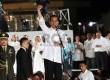 Presiden Jokowi menyapa para pendukungnya pada Konser Salam 3 Jari di lapangan Monumen Nasional, Jakarta, Senin (20/10) malam.   (Republika/Yasin Habibi)