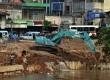 Aktivitas pembangunan turap di sisi Timur bantaran Kali Ciliwung,Kampung Pulo,Jatinegara , Jakarta Timur, Selasa (4/11). (Republika/Prayogi)