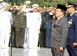 Wakil Presiden Jusuf Kalla memberi hormat saat Upacara Ziarah Nasional di Taman Makam Pahlawan Nasional, Kalibata, Jakarta, Senin (10/11). (Antara/M Agung Rajasa)