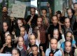Piuluhan warga yang tergabung dalam Gerakan Rakyat Melawan Korupsi mengenakan topeng berwajah Wakil Ketua KPK, Bambang Widjojanto saat menggelar aksi di depan Gedung KPK, Jakarta, Sabtu (24/1). (Republika/Agung Supriyanto)