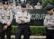 Polisi menjaga aksi unjuk rasa di depan Gedung KPK, Jakarta Selatan, Senin (26/1).  (Antara/Fanny Octavianus)