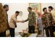 Presiden Joko Widodo (ketiga kiri) berjabat tangan dengan Menko Polhukam Tedjo Edy Purdjiatno disaksikan Anggota Kompolnas lainnya  di Istana Merdeka, Jakarta, Kamis (29/1). (Antara/Prasetyo Utomo)