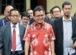 Mantan Wakil Menteri Hukum dan HAM, Denny Indrayana (tengah) didampingi sejumlah kuasa hukum memenuhi panggilan penyidik Bareskrim Polri, di Bareskrim Mabes Polri, Jakarta Selatan, Jumat (27/3).  (Republika/Agung Supriyanto)