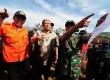 Gubernur Jabar, Ahmad Heryawan menyisiri tempat terjadinya bencana longsor di Kampung Cibitung, Pangalengan, Kabupaten Bandung, Kamis (7/5).  (foto : Septianjar Muharam)