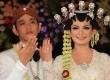 Putra Presiden Joko Widodo, Gibran Rakabuming Raka (kiri) dan istri Selvi Ananda memperlihatkan cincin pernikahan usai akad nikah di Gedung Graha Saba, Solo, Kamis (11/6). (Antara/Maulana Surya)