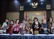 (dari kiri) Anggota Pansel KPK Betti S Alisjahbana bersama Ketua Pansel KPK Destry Damayanti menunjukan daftar lolos seleksi tahap II usai konferensi pers di Gedung Setneg, Jakarta, Selasa (14/7).  (Republika/Wiihdan Hidayat)