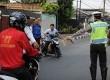 Petugas Ditlantas Polda Metro Jaya dibantu petugas Dishub Jakarta Selatan memberhentikan pengendara motor yang melawan arus saat razia di kawasan Tanjung Barat, Jakarta Selatan, Rabu (9/9).(Antara/Indrianto Eko Suwarso)