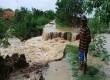 Sungai Cimanuk meluap dan mengikis tanggul hingga jebol sepanjang 30 meter menyebabkan perkampungan di Desa Lamaran Tarung, Blok Waledan Kecamatan Cantigi, Kabupaten Indramayu terendam air setinggi 50 cm, Ahad (7/2). (Republika/Lilis)