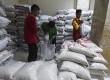Petugas menyiapkan beras hasil zakat fitrah untuk disalurkan di Masjid Istiqlal, Jakarta, Selasa (5/7). (Antara/Hafidz Mubarak A)