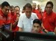 Menkominfo RI Rudiantara (tengah) didampingi oleh Direktur Utama Telkom Alex J. Sinaga (paling kiri) dan Direktur Utama Telkomsel Ririek Adriansyah (paling kiri) saat memeriksa kesiapan layanan selular Telkomsel di Posko TelkomGroup Siaga, Network Operation Center Telkomsel, Jakarta (23/6).