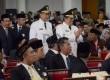 Ahmad Heryawan dan Deddy Mizwar berjalan di antara tamu undangan saat dilantik menjadi Gubernur dan Wakil Gubernur Jabar masa jabatan 2013-2018 oleh Mendagri Gamawan Fauzi mewakili Presiden RI di Gedung Merdeka, Bandung, Kamis (13/6).    (Republika/Edi Yu