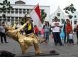 Aksi manusia patung di kawasan Kota Tua, Jakarta, menarik perhatian warga.   (foto : MgROL_37)