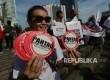 Aktivis dari Komite Independen Pemantau Pemilu (KIPP) melakukan aksi saat Hari Bebas Kendaraan Bermotor (HBKB) di Jalan Thamrin, Jakarta, Ahad (12/3).