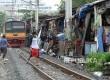 Aktivitas warga yang tinggal di gubuk liar di pinggiran rel Kereta Api di kawasan Petamburan, Jakarta, Senin (11/7).  (Republika/Yasin Habibi)
