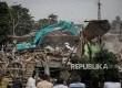 Alat berat yang diopersikan oleh petugas menghancurkan sebuah rumah saat penggusuran di pemukiman yang terkena proyek normalisasi Sungai Ciliwung, Bukit Duri, Jakarta, Rabu (28/9)