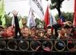 Aliansi buruh se-DKI Jakarta menggelar aksi unjuk rasa di depan Gedung Balai Kota, Jakarta Pusat, Selasa (13/11). (Adhi Wicaksono)