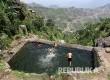 Anak-anak berenang di kolam di ketinggian sebuah desa di Distrik Jafariya, Yaman.