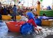 Anak-anak bermain perahu air di arena permainan yang dibangun oleh pendukung Presiden Mursi di dekat Masjid Rabiah Al-Adawiyah, Nasr City, Kairo, Kamis (8/8).   (AP/Khalil Hamra)