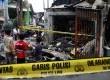 Anak-anak melihat bangunan yang terbakar akibat tawuran antarwarga di Johar Baru, Jakarta Pusat, Senin (18/11). (Republika/Yasin Habibi)