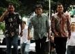 Andi Zulkarnain Mallarangeng alias Choel Mallarangeng (tengah) didampingi Rizal Mallarangeng (kanan) saat tiba di Gedung KPK,Jumat (25/1). (Republika/Yasin Habibi)