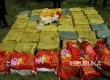 Anggota Dit Narkoba Polda Metro Jaya memeriksa paket-paket sabu yang gagal diselundupkan di Dermaga eks Hotel Mandalika, Anyer, Serang, Banten, Kamis (13/7).