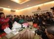 Anggota kepolisian menunjukan barang bukti dari Tersangka pembunuhan Tata Chubby saat rilis di Polda Metro Jaya, Jakarta Selatan, Rabu (15/4).  (Republika/Raisan Al Farisi)