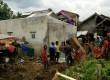 Anggota komunitas Club Ayla Indonesia (CAI) memberi bantuan untuk korban banjir bandang di Garut, Jawa Barat.