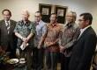Anggota majelis kehormatan MK bersama Wakil Ketua MK Hamdan Zoelva (kanan) sebelum menggelar rapat tertutup dewan kehormatan MK di Gedung Mahkamah Konstitusi, Jakarta, Jumat (4/10).   (Republika/Adhi Wicaksono)