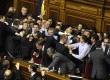 Anggota parlemen Ukraina menyerbu podium saat berlangsung sidang pertama anggota parlemen yang baru terpilih di Kiev, Ukraina, Kamis (13/12). (AP/Sergei Chuzavkov)