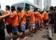 Anggota polisi menunjukkan tersangka saat rilis pengungkapan narkotika jenis shabu dan ekstasi jaringan internasional di Polda Metro Jaya, Jakarta, Rabu (9/9).  (Republika/ Yasin Habibi)