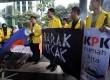 Badan Eksekutif Mahasiswa Universitas Indonesia (BEM UI) memasang tenda saat aksi di depan Gedung KPK, Jakarta, Selasa (27/1). (Republika/Agung Supriyanto)