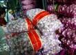 Bawang putih impor di Pasar Induk Kramat Jati, Jakarta, Senin (10/12). (Republika/Prayogi)