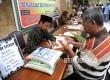 Petugas Amil Zakat saat melayani warga yang membayar zakat fitrah, Masjid Istiqlal, Jumat (1/7). (Republika/Tahta Aidilla)