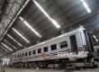 Bengkel Kereta Api Bala Yasa Manggarai melakukan pengerjaan perbaikan kereta api, Senin (20/6).
