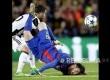 Winger Barcelona FC Neymar Junior menendang bola dihadang Juventus Giorgio Chellini,  dalam pertandingan perempat final Liga Champion Eropa di Stadion Camp Nou.