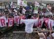 Calon Gubernur DKI Jakarta dengan nomer urut 3 Anies Baswedan (kiri) melambaikan tangan salam tiga jari kepada pendukungnya pada kampanye terakhirnya di kampung nelayan Cilincing Jakarta, Rabu (8/2).