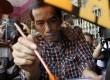 Calon Gubernur Joko Widodo makan siomay di Jalan Gajah Mada-Hayam Wuruk, Ahad (1/3). (Republika/Adhi Wicaksono)