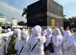 Calon jamaah haji mengikuti kegiatan manasik di asrama haji Pondok Gede, Jakarta, Ahad (1/6).